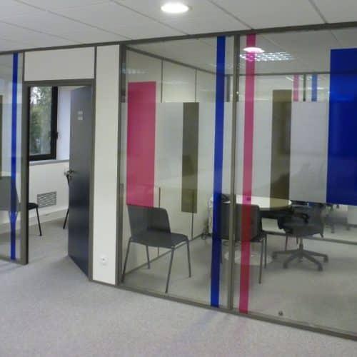 Projet COSMO / LYON 7 : Films décoratifs colorés sur cloisons vitrées toute hauteur