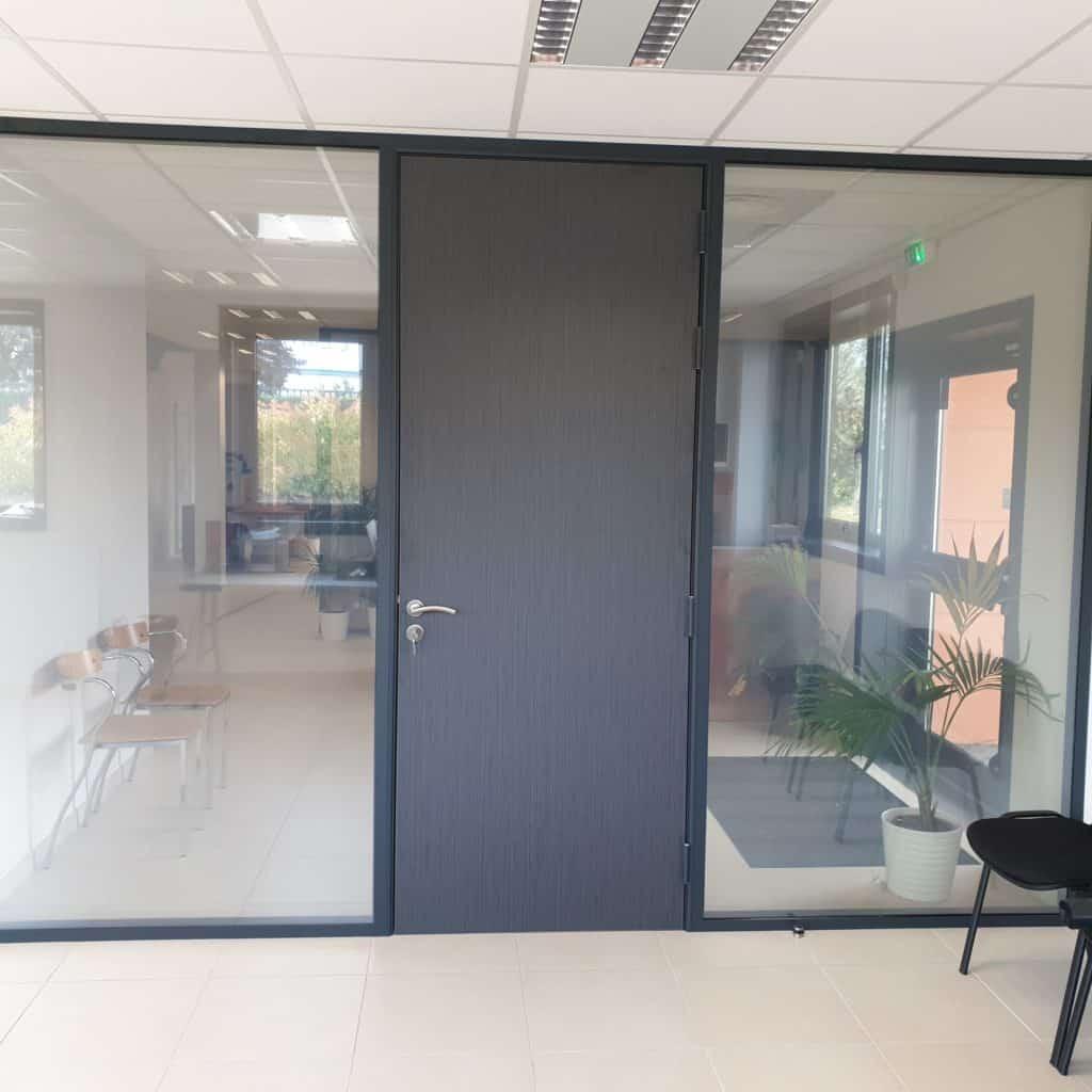 Aménagement de bureaux avec vitrage opacifiant (ici non actif) près de Lyon par Ameteam
